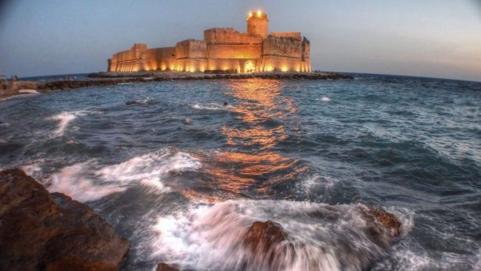 Le Castela com o seu famoso castelo dentro do mar..