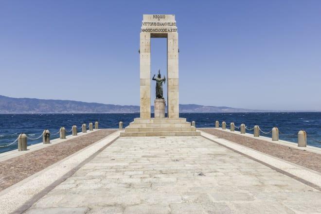 Lugomare Falcomatà di Reggio Calabria e statua di Athena
