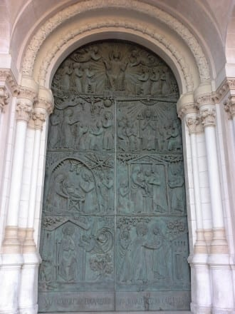 Porta central dedicada a Nossa Senhora da Assunção