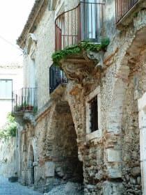 Vamos conhecer a aldeia de Gerace na Calábria?
